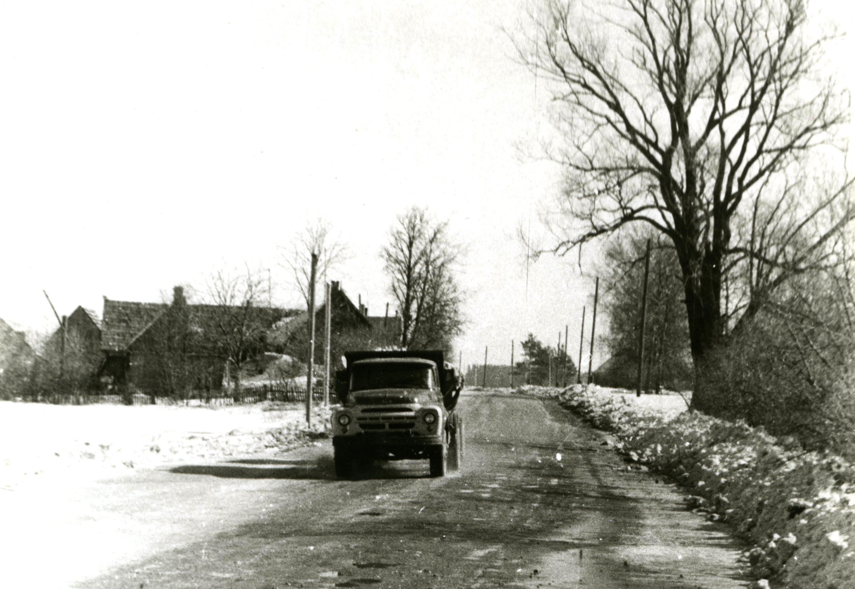 Automašīna uz šosejas pie Kalniņiem. 20. gs. 60. gadi. Ķekavas novadpētniecības muzeja krājums.