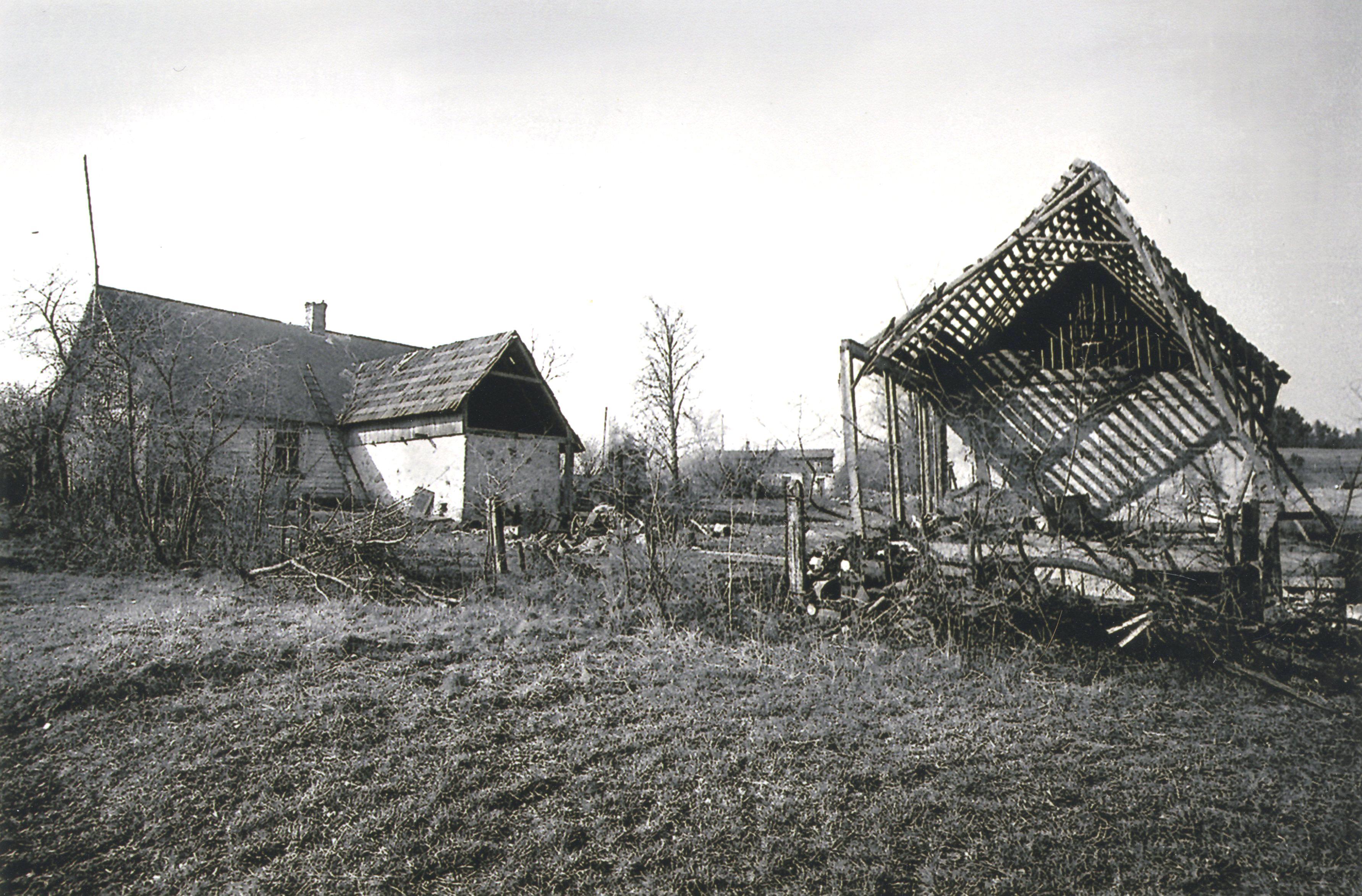 Biļķena māja; tālumā Kalnaklaņģi. 20. gs. 60. gadi. K. Kalsera arh