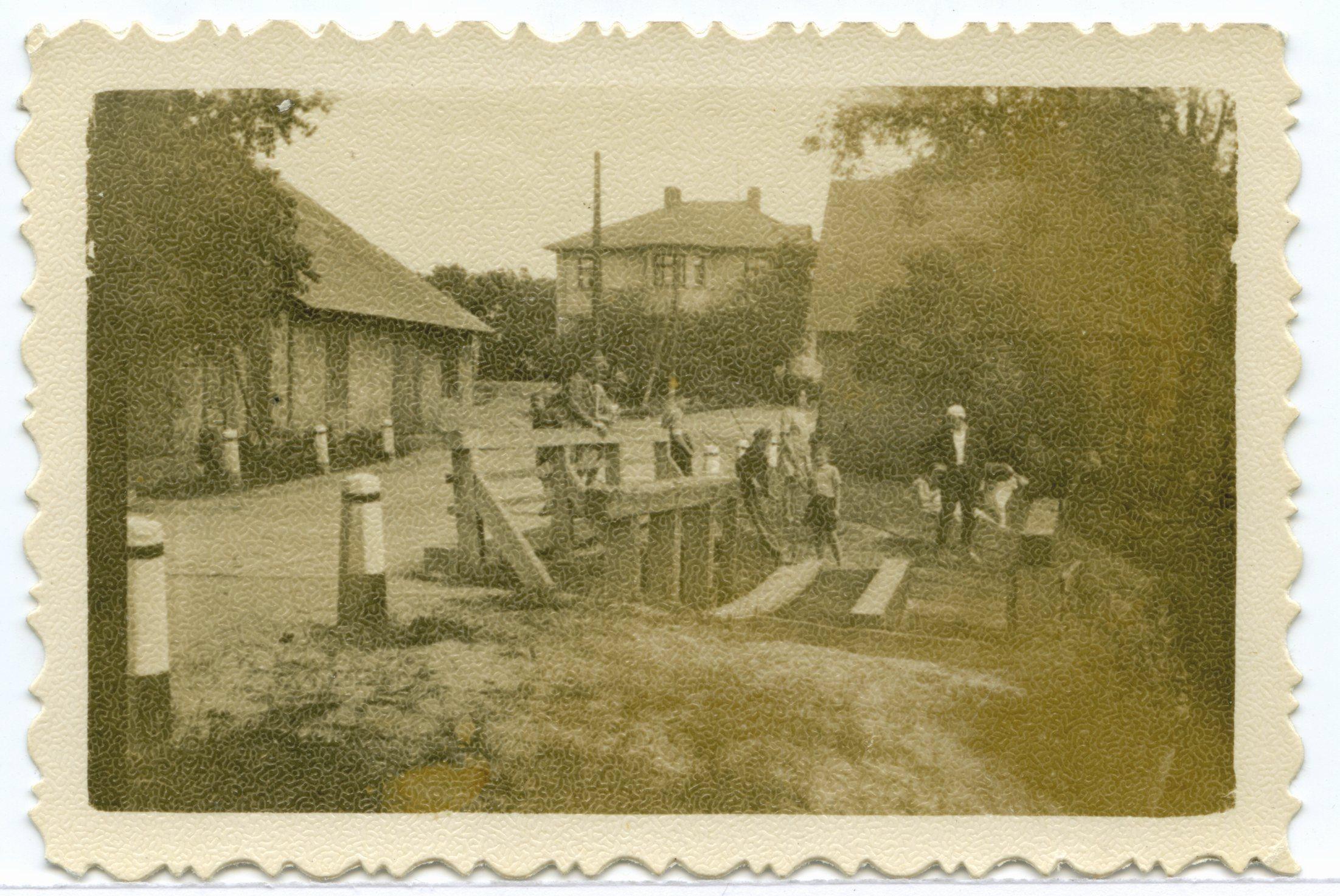 Skats no tilta uz dzirnavām (kreisajā malā) un dzirnavnieka māju. 20. gs. 50. gadi.