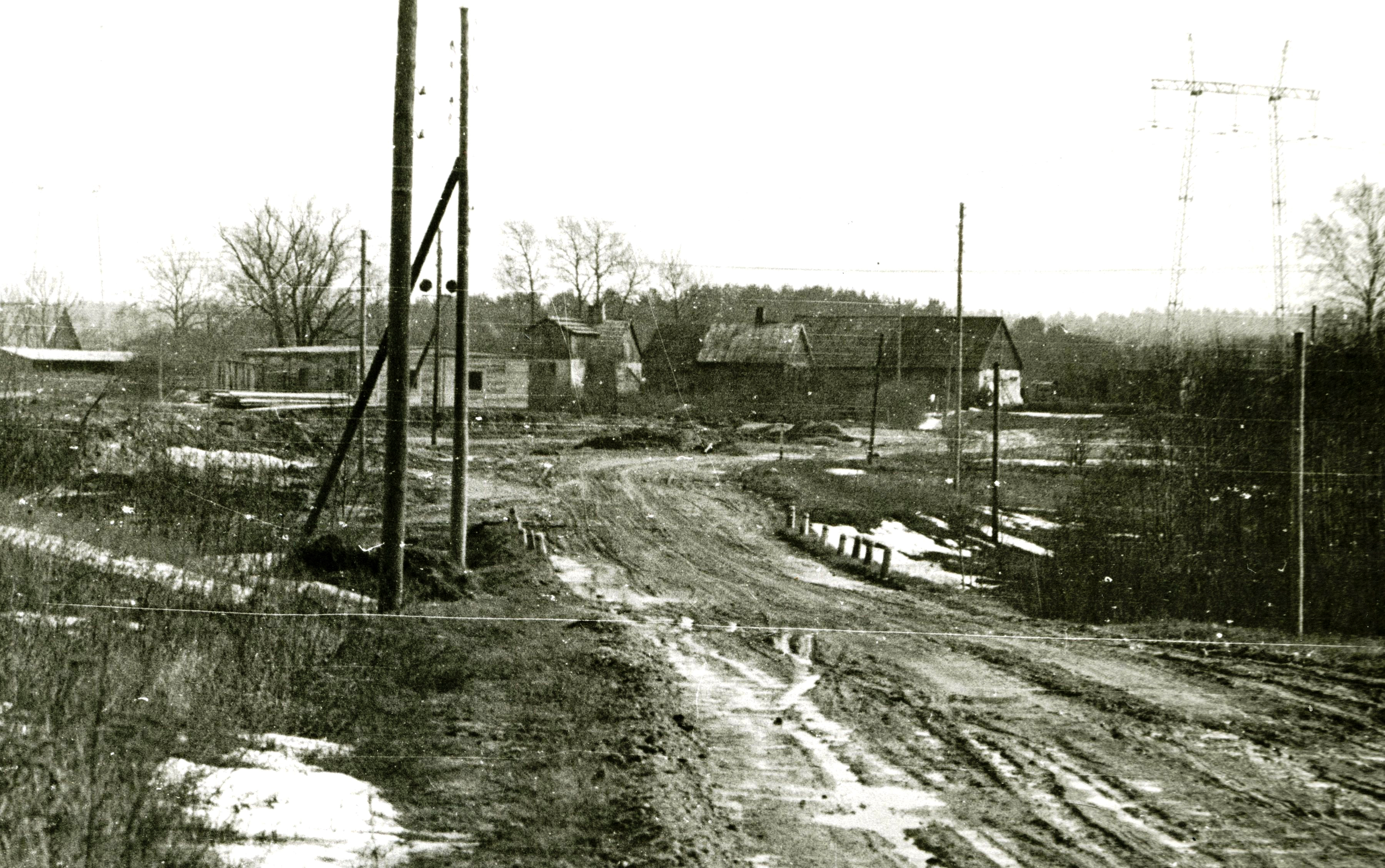 Jaunjelgavas šoseja, Pūķupes tilts, aiz tā Klaņģu mājas un Klaņģu kalns. 20. gs. 60. gadi. Ķekavas novadpētniecības muzeja krājums.