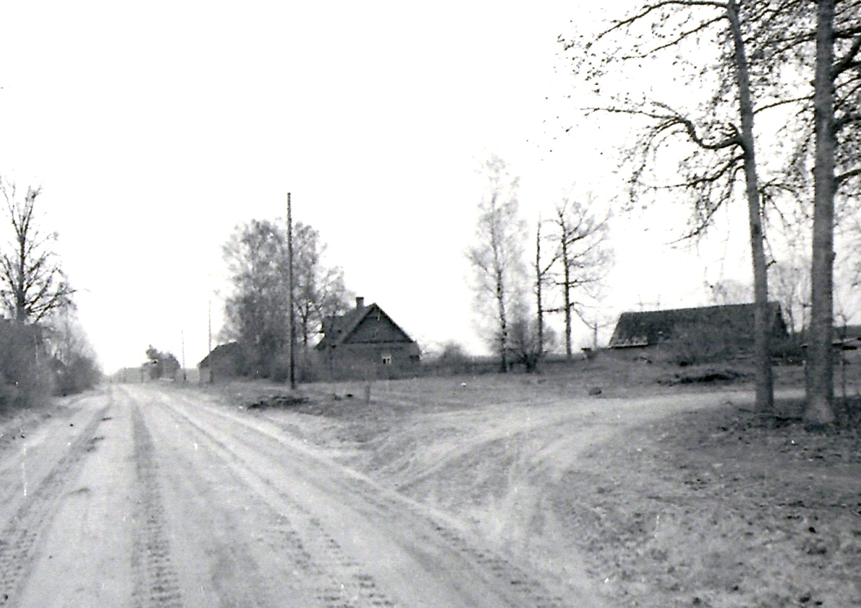 Lejasklaņģi 20. gs. 60. gados. (Dzīvojamo māju nācās nojaukt; mūsdienās šo mājvārdu nes kādreizējā saimniecības ēkā izbūvētā māja). 20. gs. 60. gadi. K. Kalsera arh.