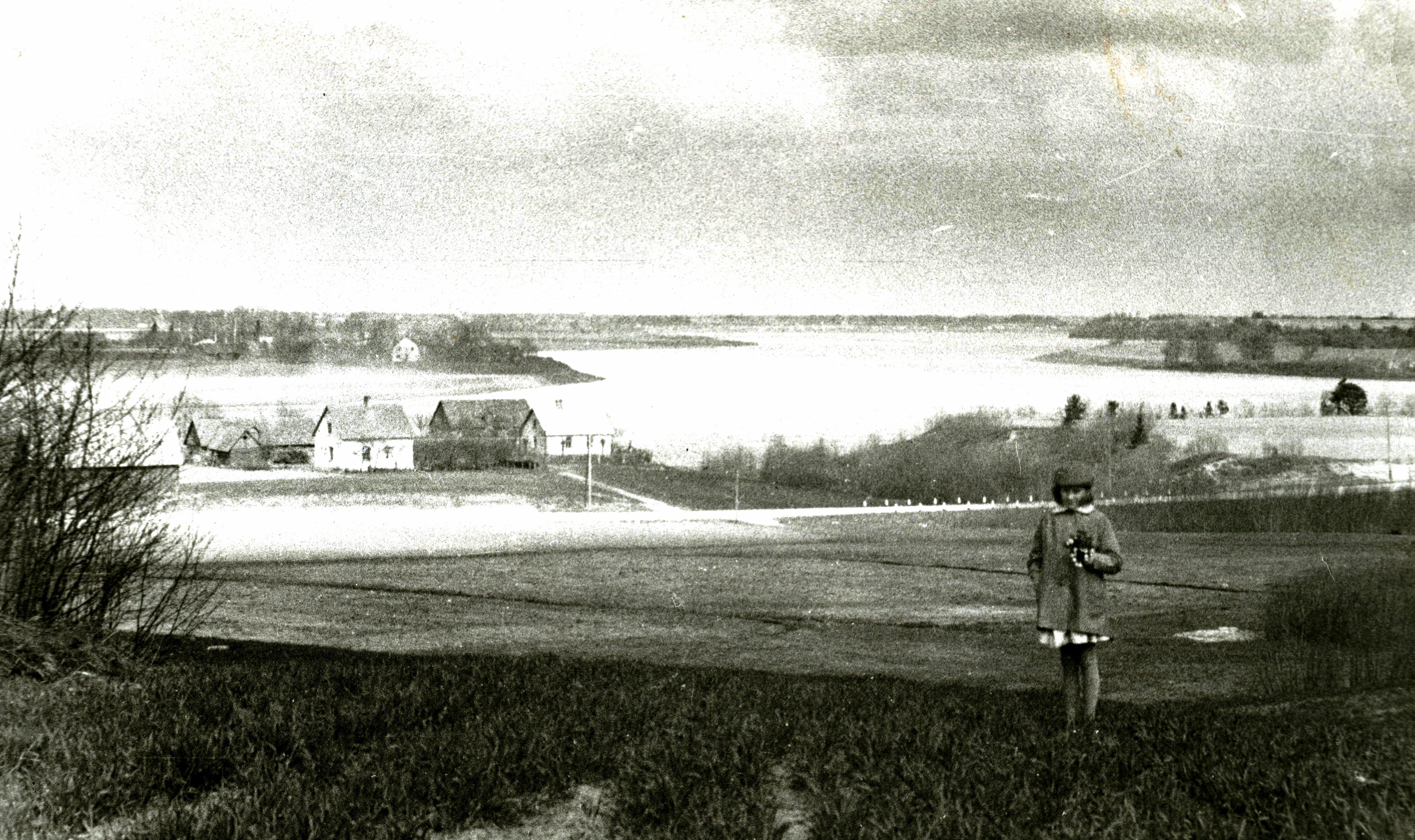 Skats no Klaņģu kalna uz Jaunjelgavas šoseju, tiltu un Pūķupes ieteku. Upes labais krasts stāvāks, bet kreisajā – mājas Pūķupes un Strautnieki. Pāri Sausajai Daugavai redzams Doles salas augšgals ar Dūdiņām u. c.. 20. gs. 60. gadi. Ķekavas novadpētniecības muzeja krājums.
