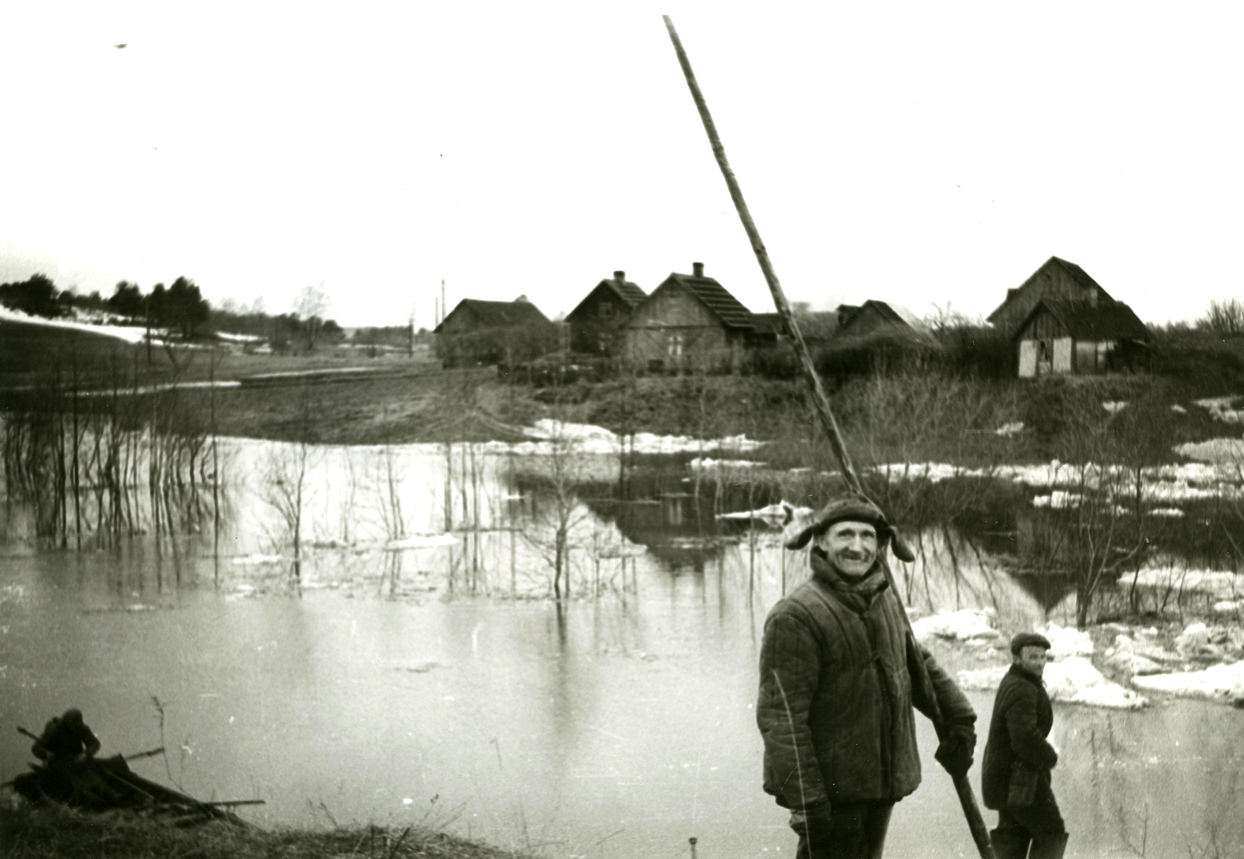 Skats no Pūķupes labā krasta uz mājām Pūķupes un Strautnieki. 20. gs. 60. gadi. Ķekavas novadpētniecības muzeja krājums.