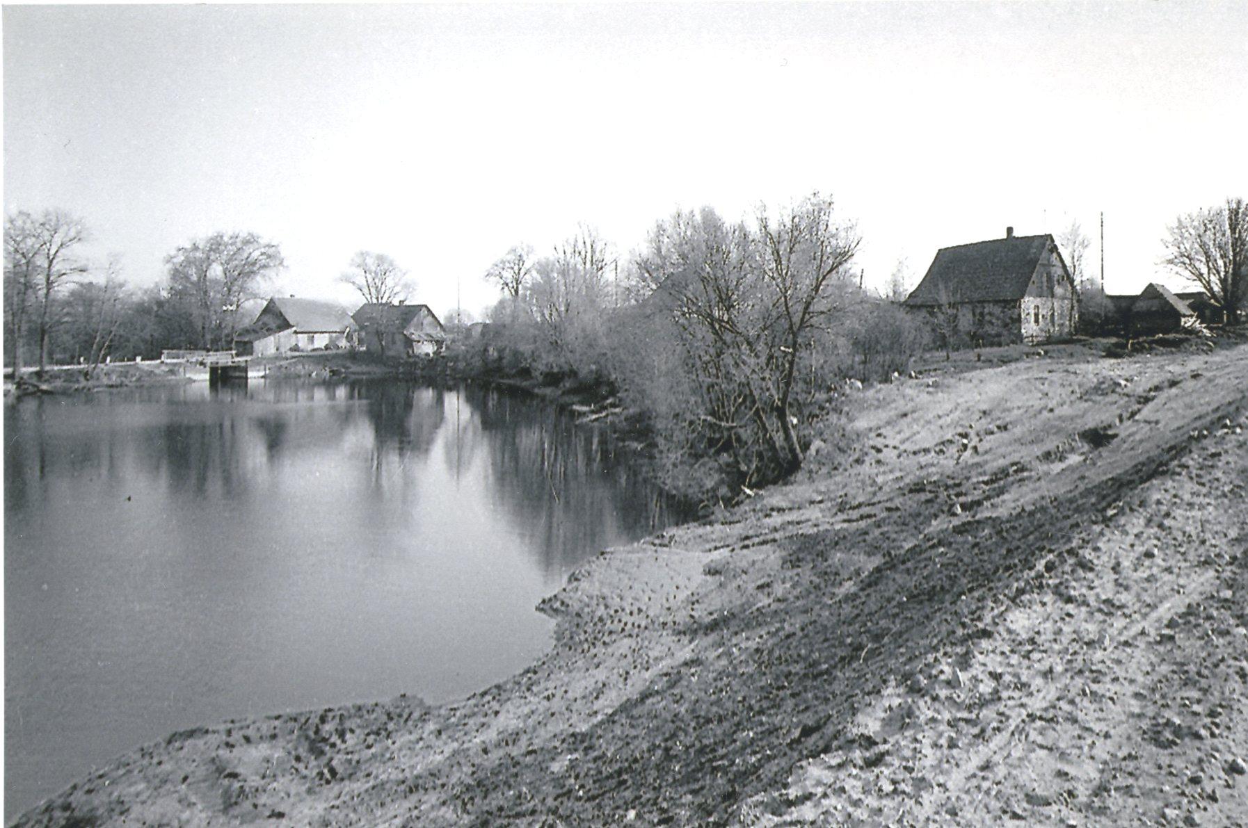 Skats pāri dzirnavu ezeram. 20. gs. 60. gadi. K. Kalsera arh