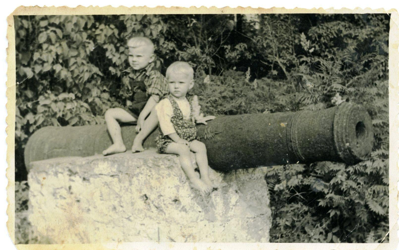Vilmas Baļķes dēli uz Bērzmentes lielgabala 1955. g.