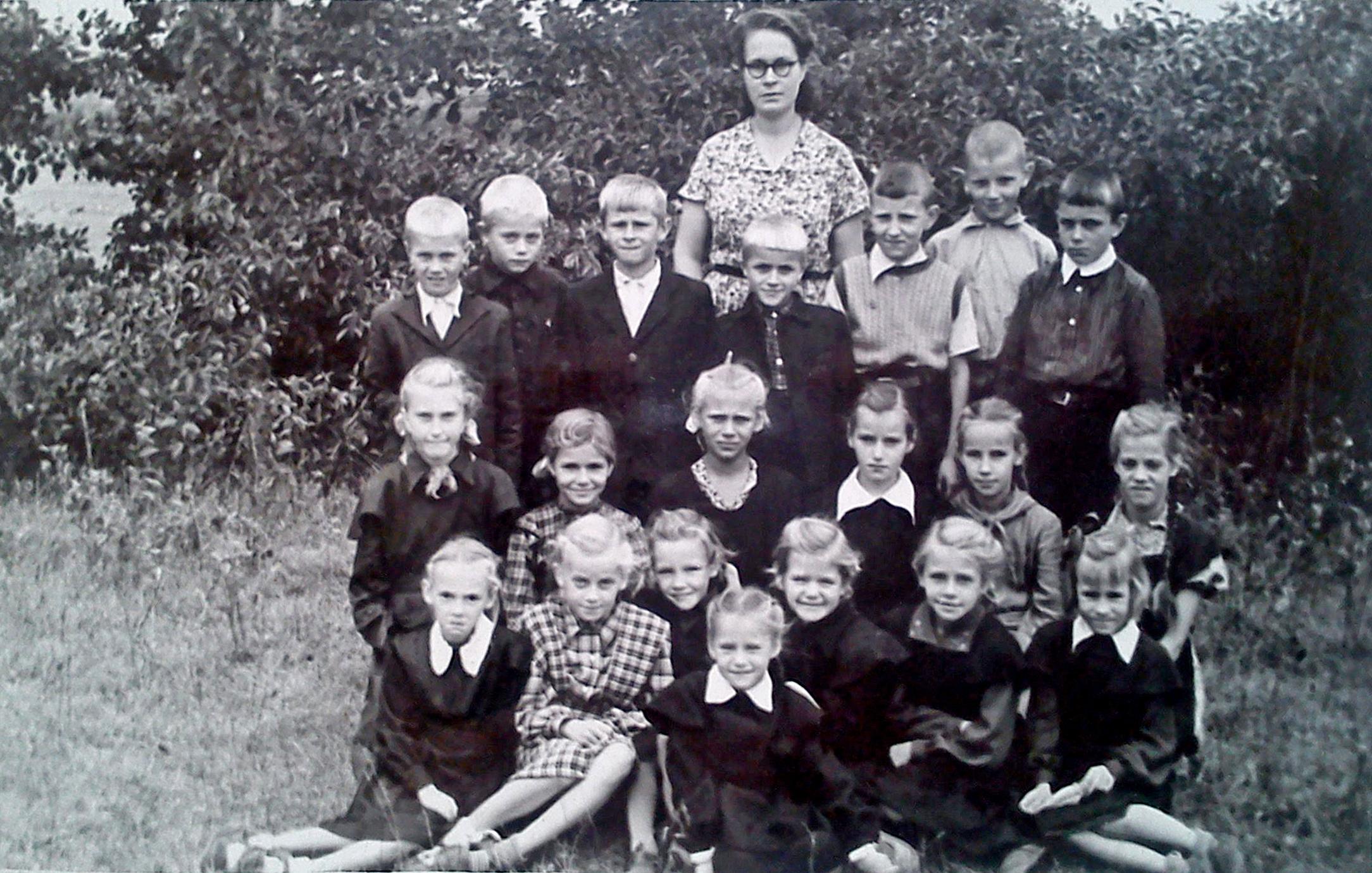 Skolotāja Silvija Pilvere ar audzināmo klasi 1955. gadā Stāv (no kreisās) Jānis Sīga, Aleksejs Jegorovs, Ēriks Miķelsons, Andris Reveliņš, Juris Bērziņš, Jānis Saveļjevs, Jānis Čugunovs. Vidus rinda (no kreisās) Zigrīda Krūmiņa, Irēna Līdaka ?, Anita Miķelsone, Vija Kasperaite, Valija Ozoliņa, Rita Krūka. Pirmajā rindā (no kreisās) Daina Plostiņa, Astrīda Miķelsone, Rūta Bērziņa, Modra Vīķe, Ruta Siliņa, Ruta Bērziņa. Priekšā Elizabete (Betija) Pētersone.